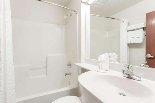 Microtel Inn & Suites by Wyndham Marianna - Marianna - Bathroom