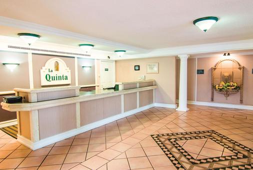 La Quinta Inn by Wyndham Indianapolis Airport Lynhurst - Indianapolis - Front desk