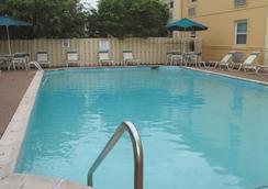 La Quinta Inn by Wyndham Indianapolis Airport Lynhurst - Indianapolis - Pool
