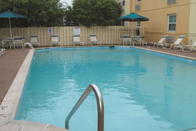 La Quinta Inn by Wyndham Indianapolis Airport Lynhurst - Ιντιανάπολη - Πισίνα