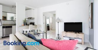 Lovely apartment on the canal with a pool - Fort Lauderdale - Sala de estar