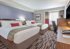 Microtel Inn & Suites by Wyndham Fort McMurray - Fort McMurray - Bedroom