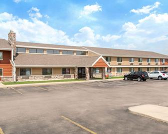 AmericInn by Wyndham Elkhorn Near Lake Geneva - Elkhorn - Building