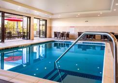 Comfort Inn and Suites - Niagara Falls - Bể bơi