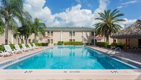 Travelodge by Wyndham Fort Myers - Fort Myers - Pool