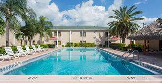 Travelodge by Wyndham Fort Myers - Fort Myers - Piscina