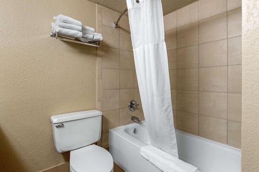 Quality Inn & Suites - Des Moines - Bathroom