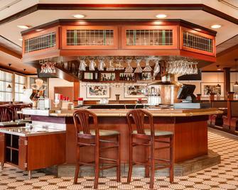Holiday Inn and Suites Overland Park West, an IHG Hotel - Overland Park - Bar
