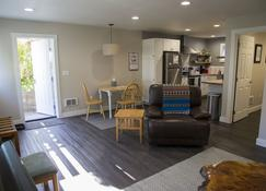 Newly Renovated Apartment in the Heart of Downtown Sitka - Sitka - Living room