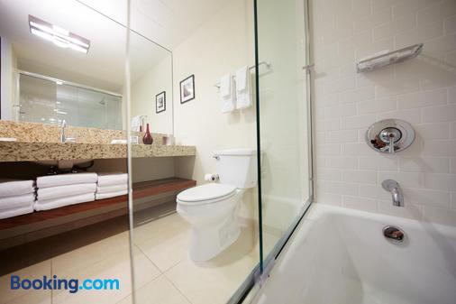 I Hotel And Conference Center - Champaign - Bathroom