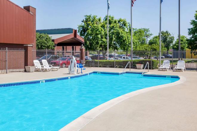 Baymont by Wyndham Elkhart - Elkhart - Pool