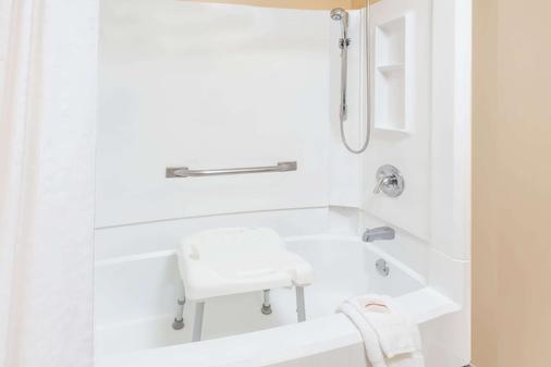 Baymont by Wyndham Elkhart - Elkhart - Phòng tắm