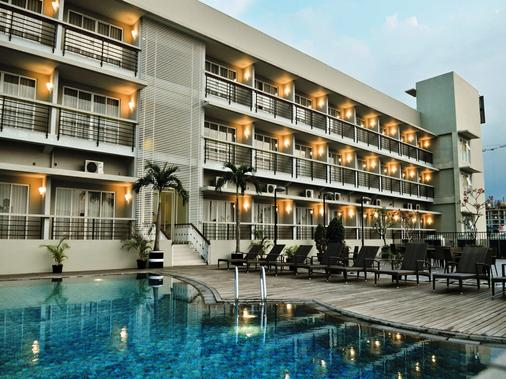 Quest Hotel Simpang Lima - Semarang - Semarang - Building