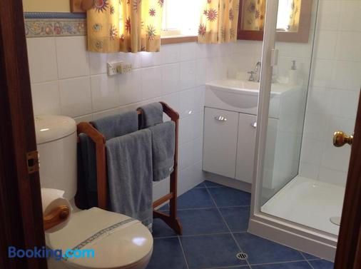 Fergies Hill Spa Cottage @ Granite Ridge Wines - Ballandean - Bathroom