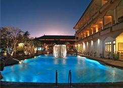 Febri's Hotel & Spa - Kuta - Zwembad