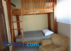 Mountain Trail Lodge And Vacation Rentals - Oakhurst - Schlafzimmer