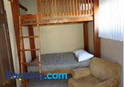 Mountain Trail Lodge And Vacation Rentals - Oakhurst - Bedroom