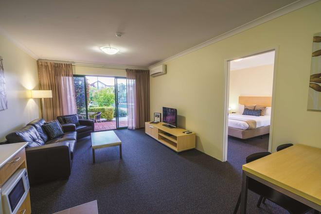 Perth Ascot Central Apartment Hotel - Perth - Living room