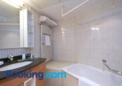 B-Aparthotel Ambiorix - Brussels - Bathroom