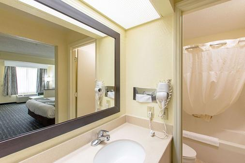 Quality Inn & Suites Civic Center - Florence - Bathroom