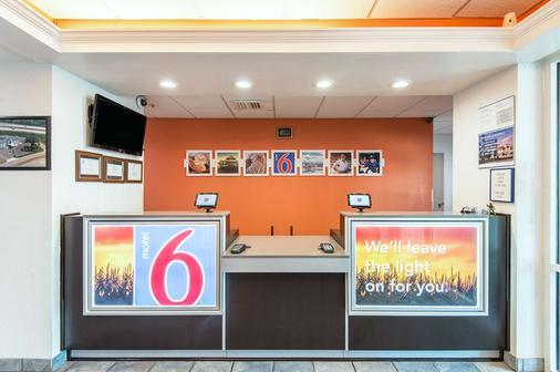 Motel 6 Junction City - Junction City - Front desk