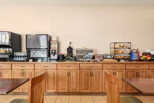 卡爾森鄉村套房酒店(伊利亞諾州皮奧里亞北部) - 皮奥利亞 - 皮奧里亞 - 自助餐