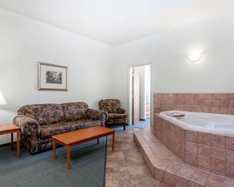 Super 8 by Wyndham Dauphin - Dauphin - Bedroom