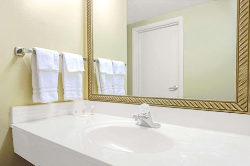 Days Inn & Suites by Wyndham St. Louis/Westport Plaza - St. Louis - Μπάνιο