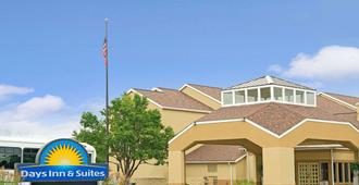 Days Inn & Suites by Wyndham St. Louis/Westport Plaza - St. Louis