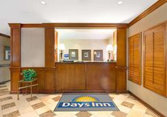 Days Inn & Suites by Wyndham St. Louis/Westport Plaza - St. Louis - Σαλόνι ξενοδοχείου
