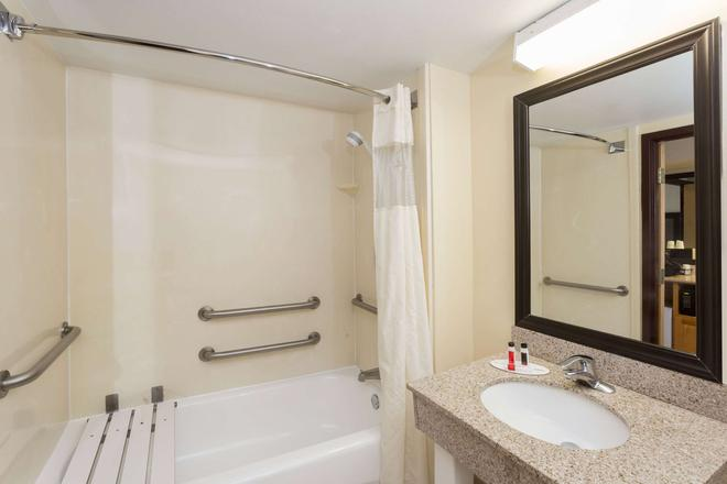 Baymont Inn & Suites Fort Myers Airport - Fort Myers - Kylpyhuone