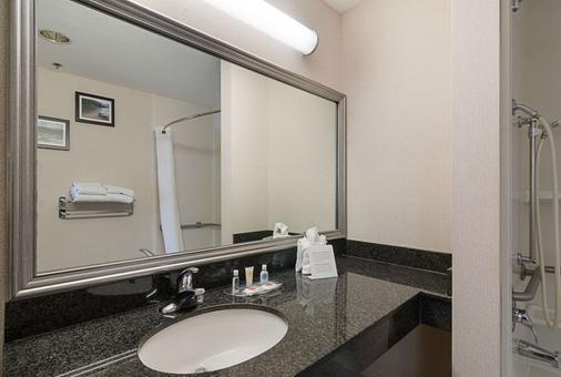 Quality Suites Springdale - Springdale - Bathroom