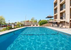 Travelodge by Wyndham Victoria - Victoria - Pool