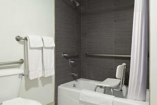 Days Inn by Wyndham Downey - Downey - Bathroom