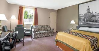 Super 8 by Wyndham Kingston - Kingston - Bedroom