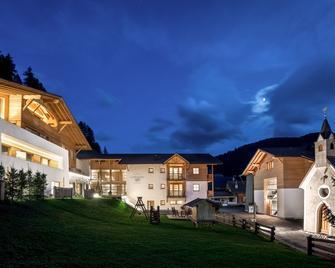 Hotel La Fradora - Dolomites Hotel - San Cassiano/St. Kassian - Building