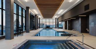 AC Hotel by Marriott Montreal Downtown - מונטריאול - בריכה