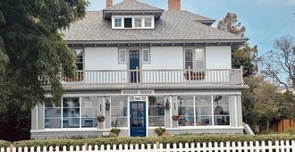 Best lakefront B&B - Located on Okanagan Lake in downtown Penticton. - Пентиктон - Здание