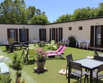 Hotel Le Connetable - Saint-Bonnet-en-Champsaur - Патіо