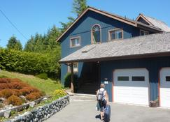 Moon And Sixpence B&B - Ucluelet - Building