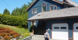 Moon and Sixpence Bed and Breakfast - Ucluelet