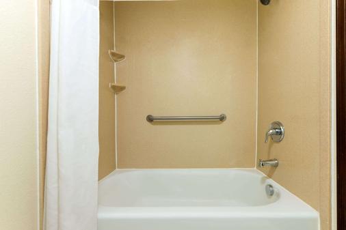Super 8 by Wyndham Enid - Enid - Bathroom