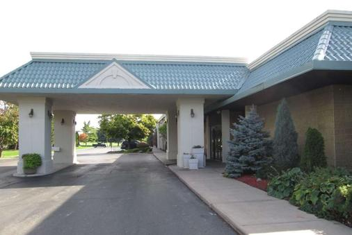 Ramada by Wyndham Alpena Hotel & Conference Center - Alpena - Outdoors view