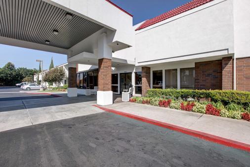 歐文 – 奧蘭治縣機場 6 號汽車旅館 - 聖塔安娜 - 聖安娜 - 建築