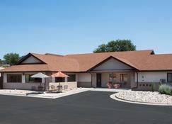 Super 8 by Wyndham Hot Springs - Hot Springs - Building