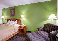 Quality Inn and Suites Airport - Austin - Bedroom