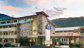 Days Inn & Suites by Wyndham Downtown Gatlinburg Parkway - Gatlinburg - Toà nhà