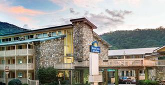 Days Inn & Suites by Wyndham Downtown Gatlinburg Parkway - Gatlinburg - Bâtiment