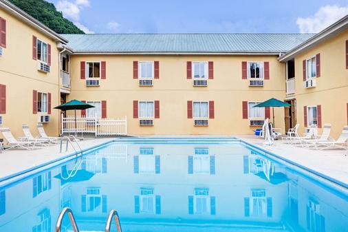 加特林堡大路市中心戴斯酒店 - 加特林堡 - 加特林堡 - 游泳池