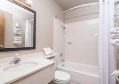 Super 8 by Wyndham Boise - Boise - Bathroom